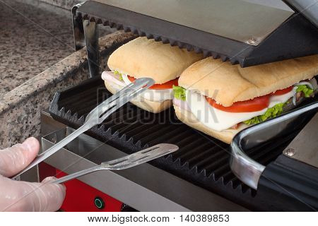 Prepare a quick and healthy sandwiches in the toaster