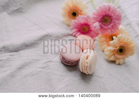 delicate bouquet of roses and almond cake Macaroni