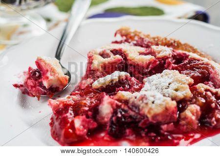 Serve on a plate plum a Clafoutis