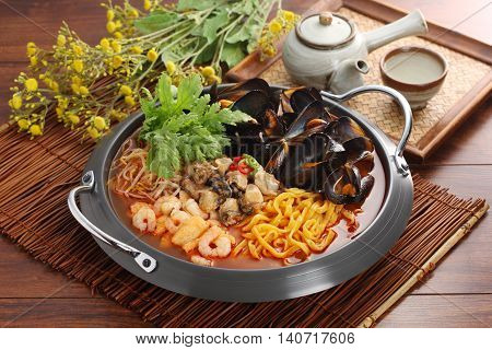 Domestic oysters and blood mussels cool soup with lily clams that taste and a deep cave with spicy taste Champong.