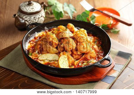Korean style of Chengyang spicy taste to eat a la carte sunsal Toss the chicken with peppers and tomato sauce