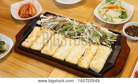 Korean style of marinated tofu iron the complaint further baked on a griddle for a long time to warm taste