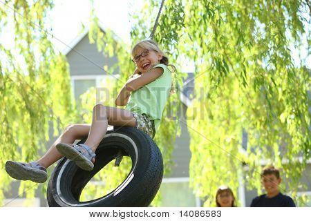 Junges Mädchen auf Reifen-Schaukel