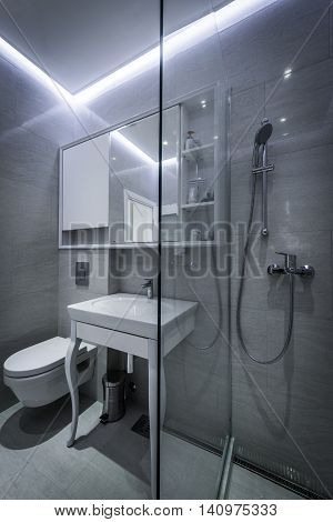 Modern en suite bathroom with shower cabin