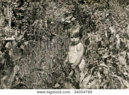 Foto de época de niña en el jardín (70)