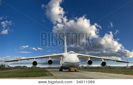 Een grote vrachtvliegtuig op de grond