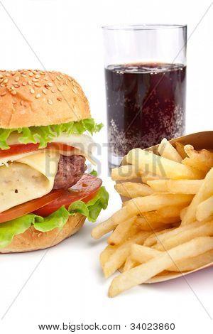 Cheeseburger, Pommes frites und Cola auf weißem Hintergrund