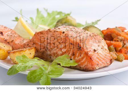 gesunde Lachs mit Gemüse auf weißen Teller