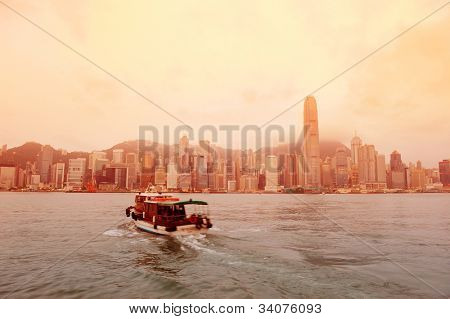 Skyline de Hong Kong en la mañana sobre Victoria Harbour en tono rojo.