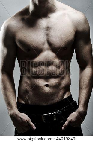 构成的年轻性感肌肉男
