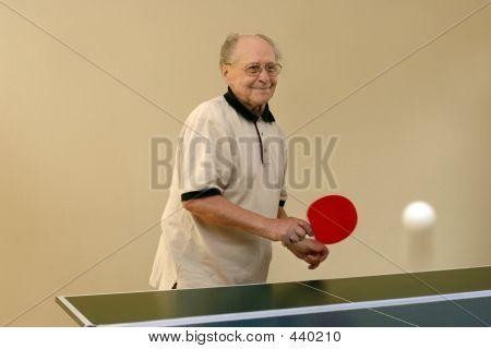 Abuelo jugando Ping Pong