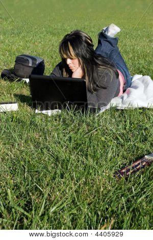 Menina usando um Laptop