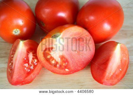 Tomaten auf ein Schneidebrett