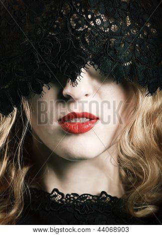 Mulher bonita com lábios vermelhos e máscara de laço