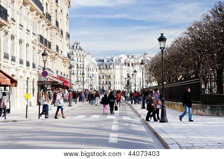 Gente en la calle en París en la primavera