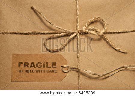 Brown envío paquete atado con hilo y etiqueta para el espacio de la copia
