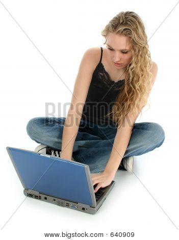 Hermosa chica y Laptop en piso
