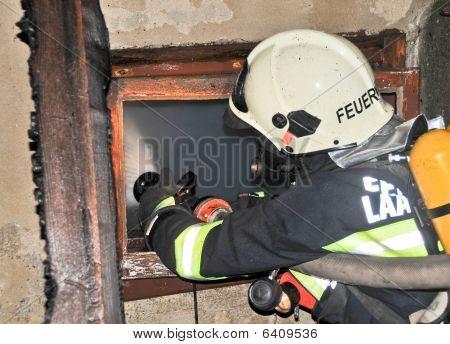 Feuerwehr erlischt Feuer