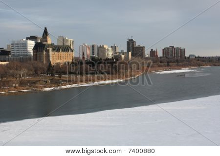 Saskatoon Cityscape, Saskatchewan río invierno
