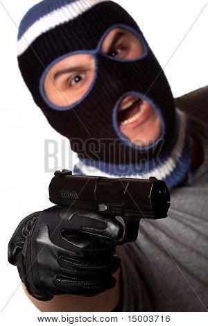 Maskierte Verbrecher zeigt eine Waffe