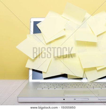 Gelbe Notizen auf einem Laptopbildschirm