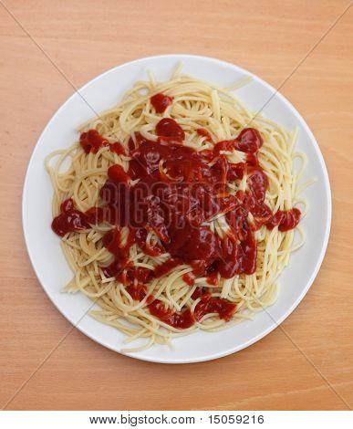 einen langweiligen Teller Spaghetti mit zu viel ketchup