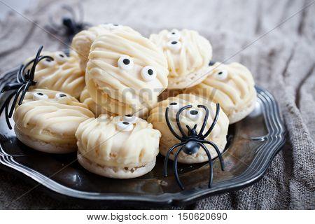 White mummy macaroons for Halloween