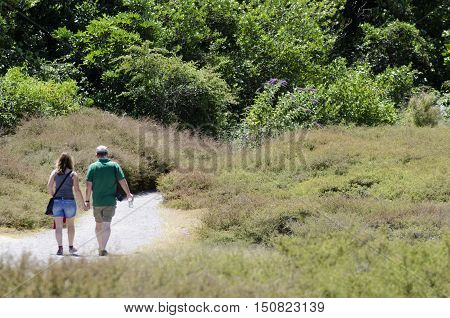 Couple-people-relationship-man-woma-men-women-nature-travel