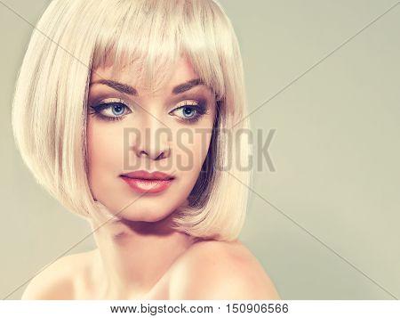 Model girl blonde with short hair caret