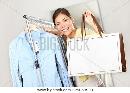 Shopper-Frau zeigt Einkaufstasche Zeichen