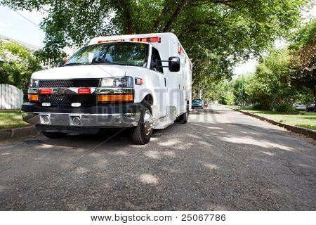 exibição de 3/4 de uma ambulância estacionada em uma área residencial de uma cidade