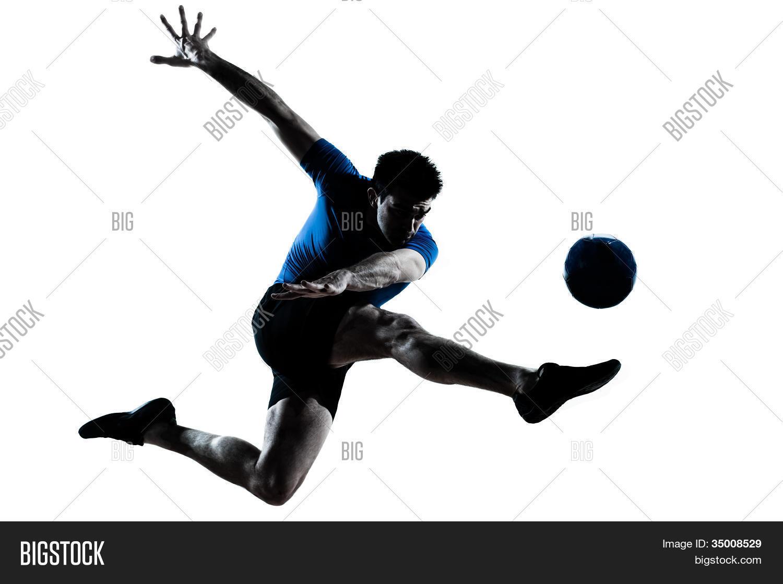 een blanke man vliegen schoppen spelen voetbal voetbal speler silhouet ...