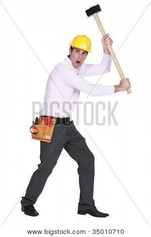 Homem furioso, segurando um martelo