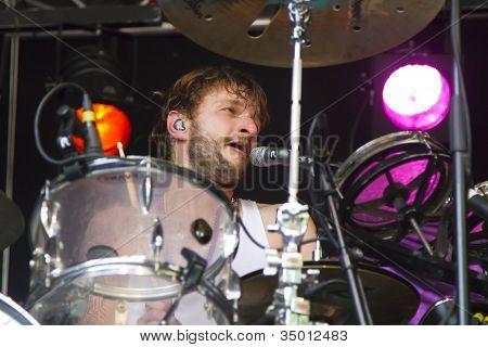 Close-up do baterista, Iwan Dubrowski enquanto no palco