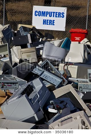 Computadores e monitores empilhados para reciclagem