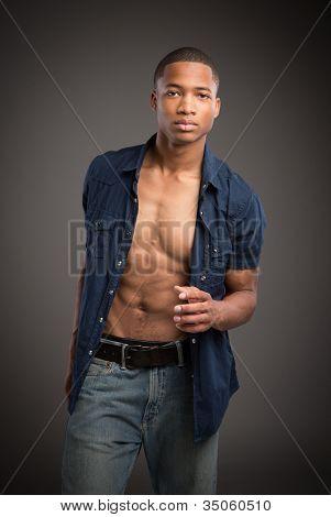 Casual vestido con aspecto Natural de jóvenes afroamericano modelo masculino en fondo gris