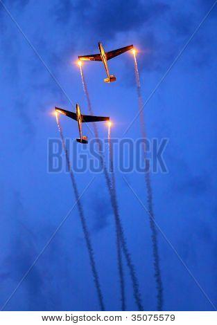 St. WOLFGANG, Áustria - 7 de julho: Planadores de dois Checa L 13 Blanik de The Blanix planador equipe durante um f