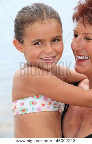 Avó com criança nos braços