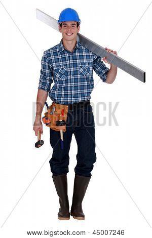 Obrero de la construcción con martillo y grano de metal