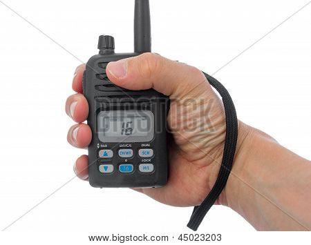 Hombre mano agarrando Radio marina.
