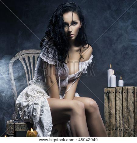 Mulher triste com velas