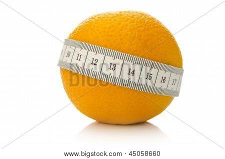 Frutas naranjas envueltas con cinta métrica
