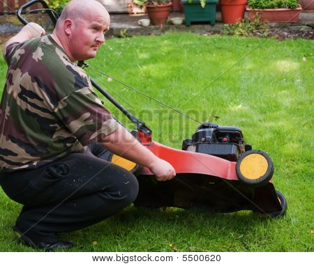 Homem gramado limpo