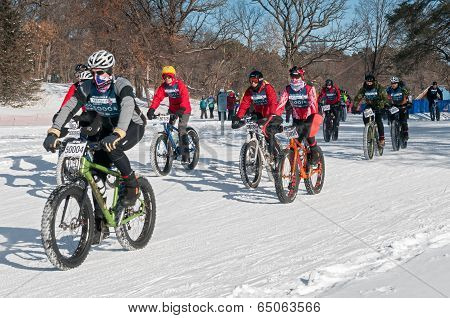 2014 Penn Cycle Fat Tire Loppet - Bikers Head Out From Start