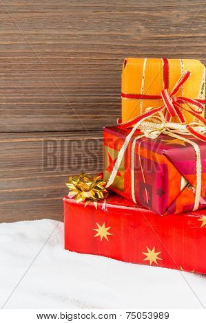 Mehrere P���¤ckchen von Geschenken f���¼r Weihnachten liegen aufeinander