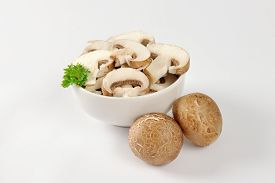 picture of crimini mushroom  - Bowl of sliced fresh mushrooms - JPG