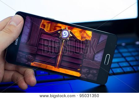 Man playing Heartstone on Samsung phone