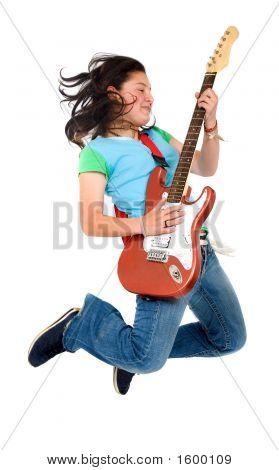 Teenager-Mädchen springen mit einer e-Gitarre