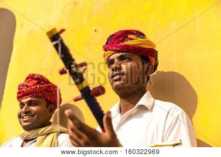 Musicians playing traditional rajasthani music on the street of Jaipur, Rajasthan, India