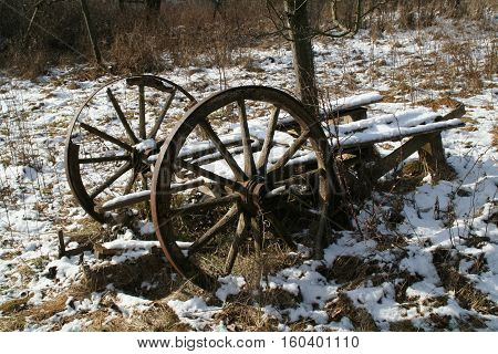 Old wagon / Old wagon covered with snow